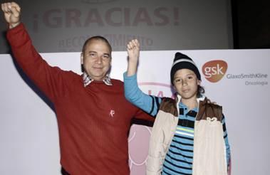 En la foto  de Izquierda a derecha: Carlos Urrego y el pequeño Emmanuel Urrego Giraldo ganadores del concurso 30 segundos de vida, 30 segundos de apoyo.