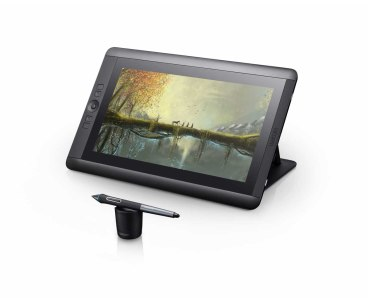 Cintiq-13HD-touch-DTH1300-RightView-PenInFront-RGB-2