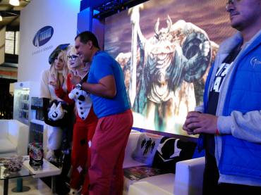 Marcos Patiño con las cosplayers internacionales. Foto por: Juan Carlos Quenguan