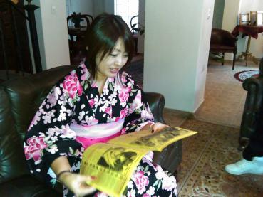 Yoko Ishida, viendo uno de los ejemplares del periódico KNK News del grupo Kiniro Kay, regalado por aprte del administrador del Sitio Bagatela. Foto por: Juan Carlos Quenguan
