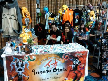 Elkin Corredor (izquierda), dueño de la tienda Imperio Otaku. Foto por: Juan Carlos Quenguan