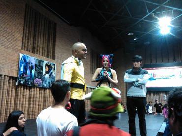 El presentador Waka (One Punch Man) y la cosplayer Risa Ligth en tarima. Foto por: Juan Carlos Quenguan